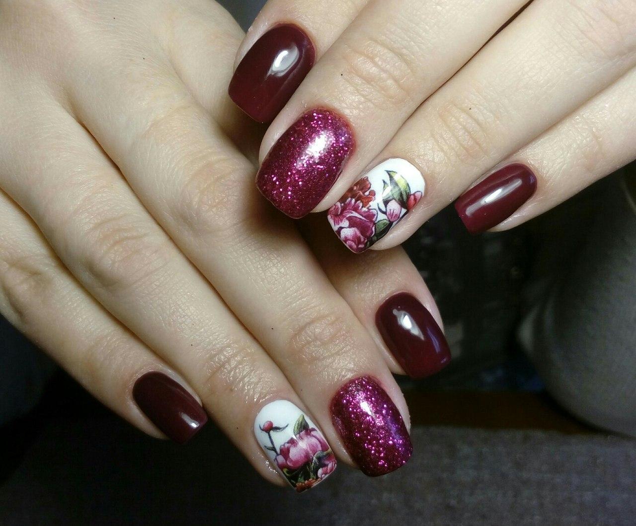 Бордовые ногти с блестками и букетом цветов