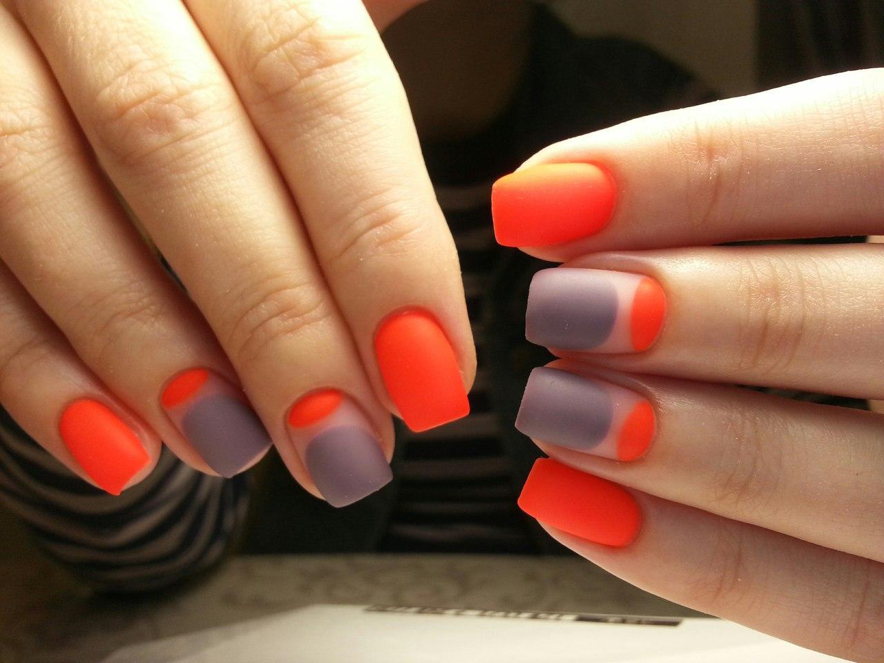 Яркий оранжевый матовый маникюр на лето