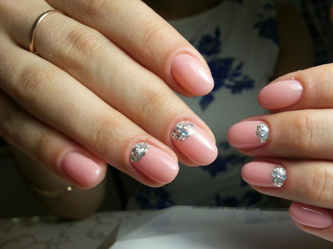 Телесные ногти с блестками