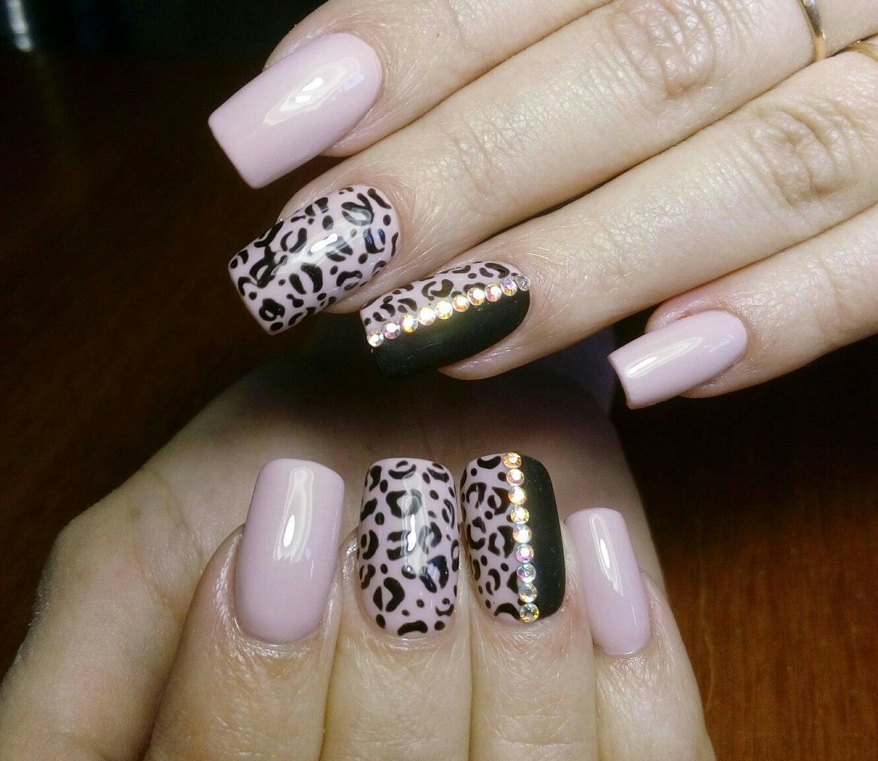 Леопардовый принт на розовых ногтях