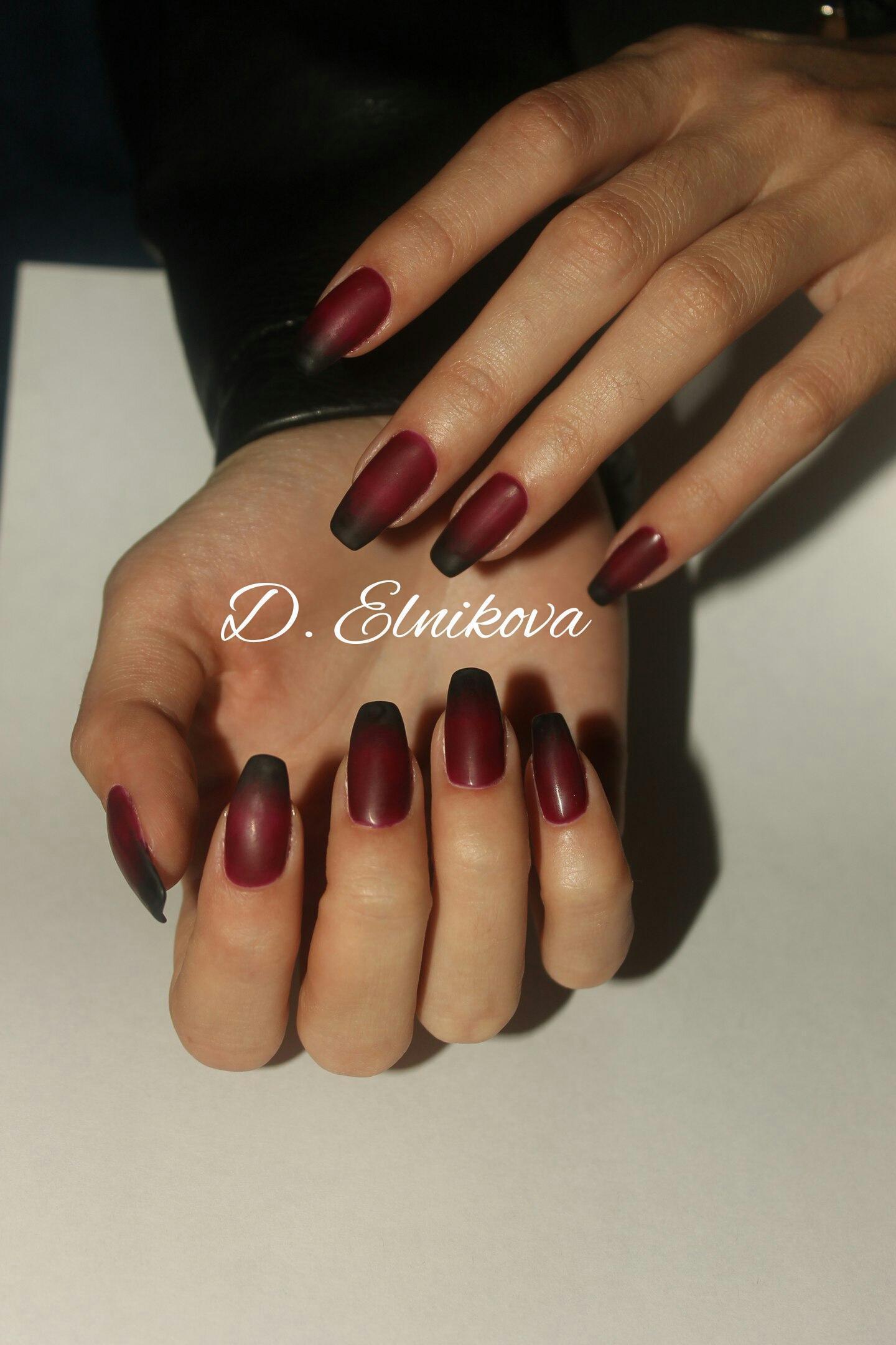 Черно-бордовый омбре на самых модных ногтях