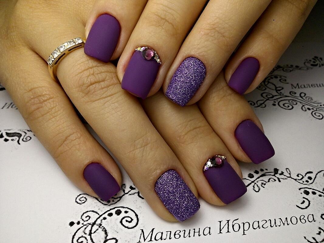Благородный фиолетовый в матовом маникюре