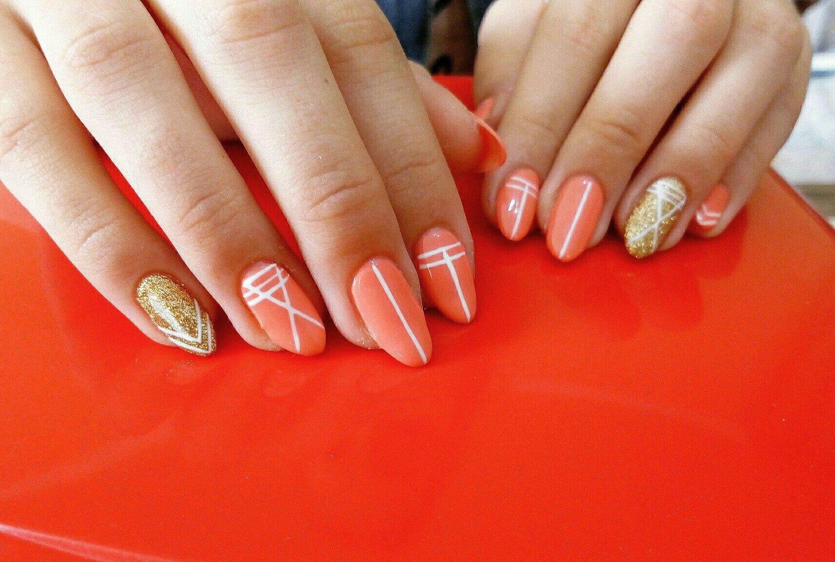 Ненавязчивая геометрия на апельсиновых ногтях