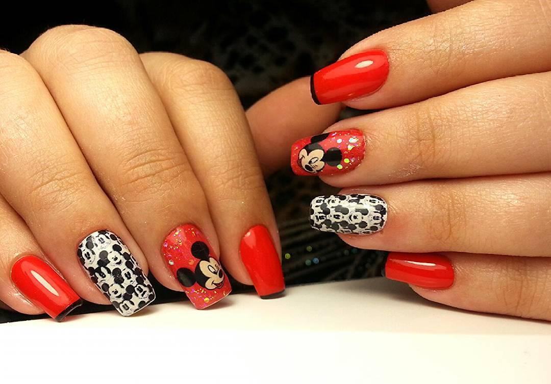 Смешной Микки Маус на красных ногтях