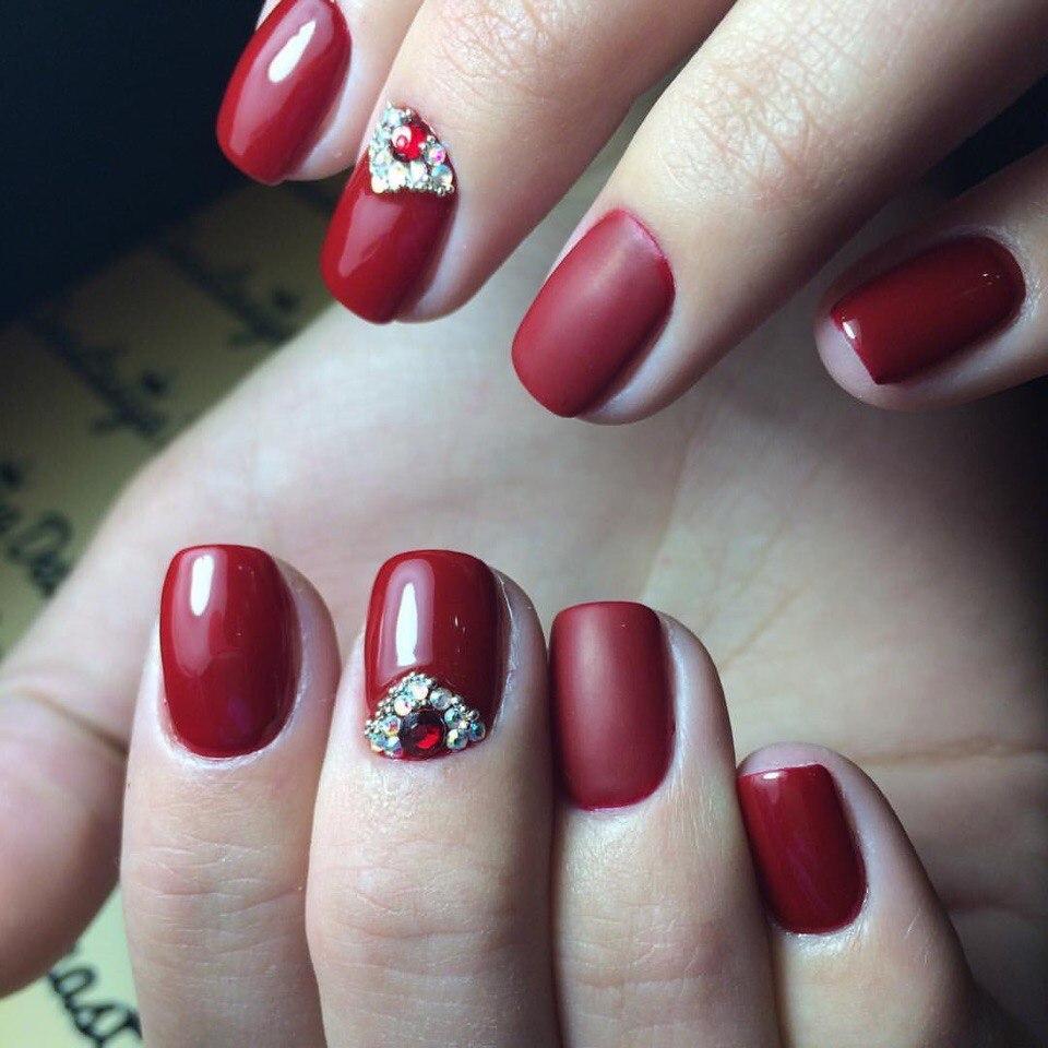 Красивые бордовые ногти с стразами