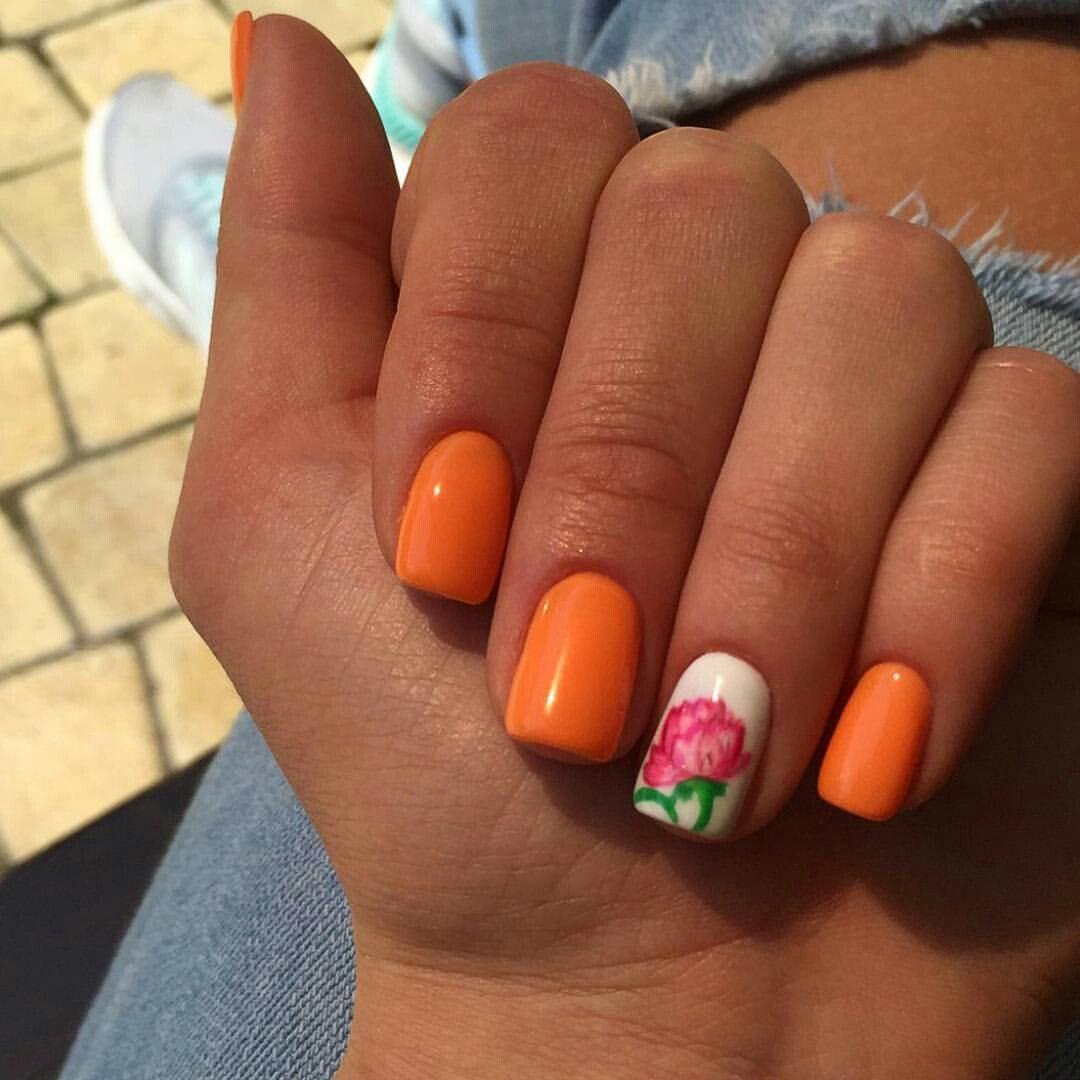 Яркие оранжевые ногти с нежным цветком