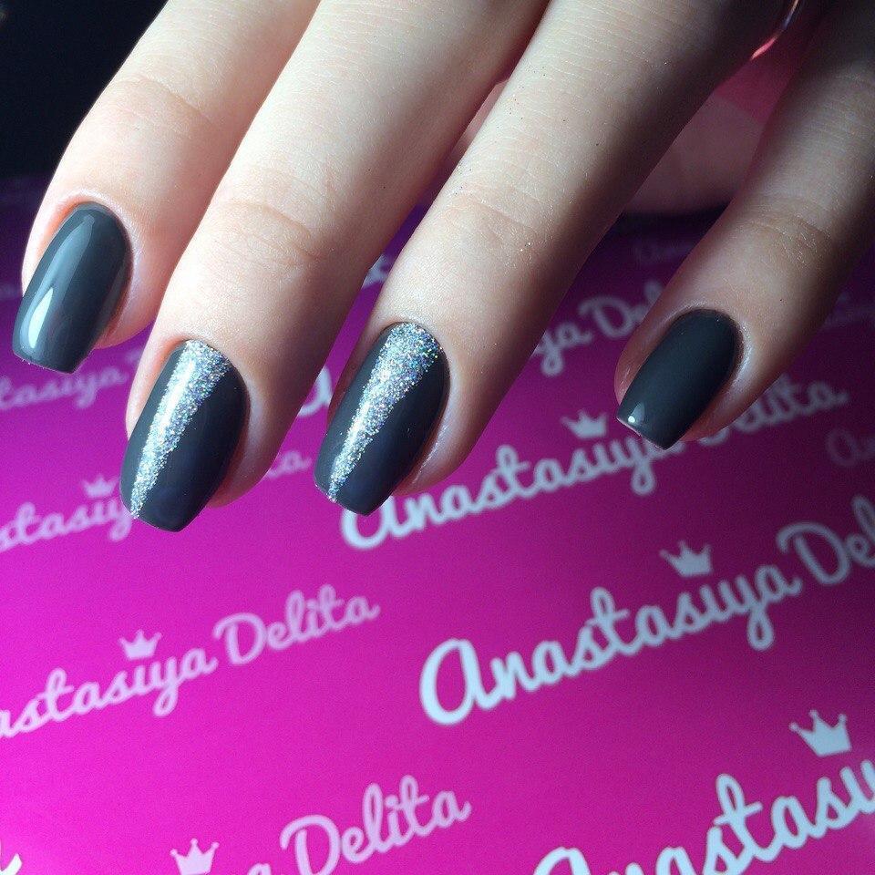 Длинные серые ногти с блестками