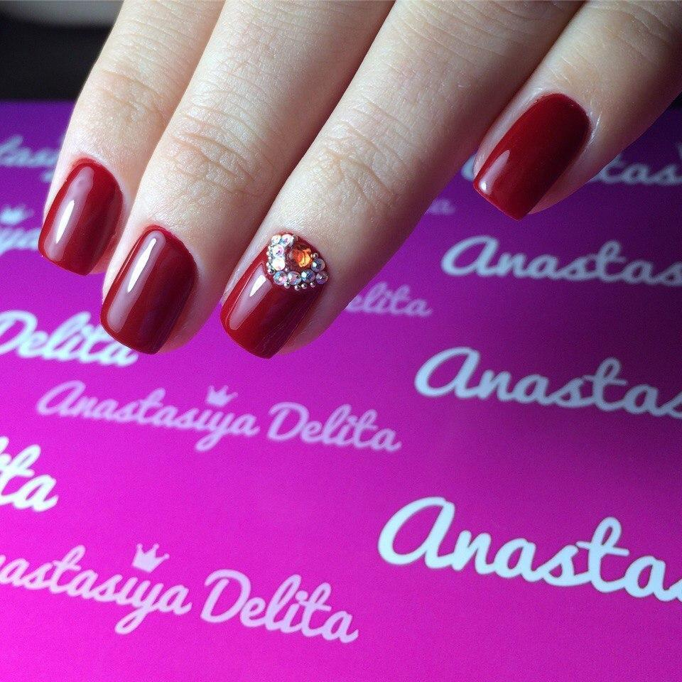 Изумительные вишневые ногти с красным камушком
