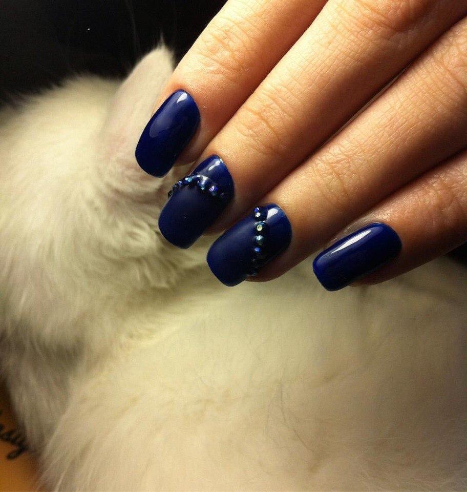Темные ногти с синими стразами