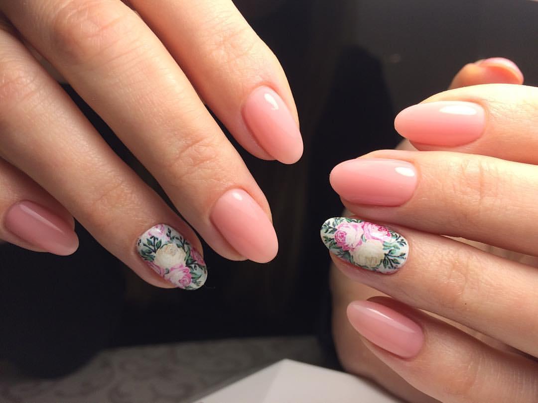 Телесный шеллак с картинкой на ногтях