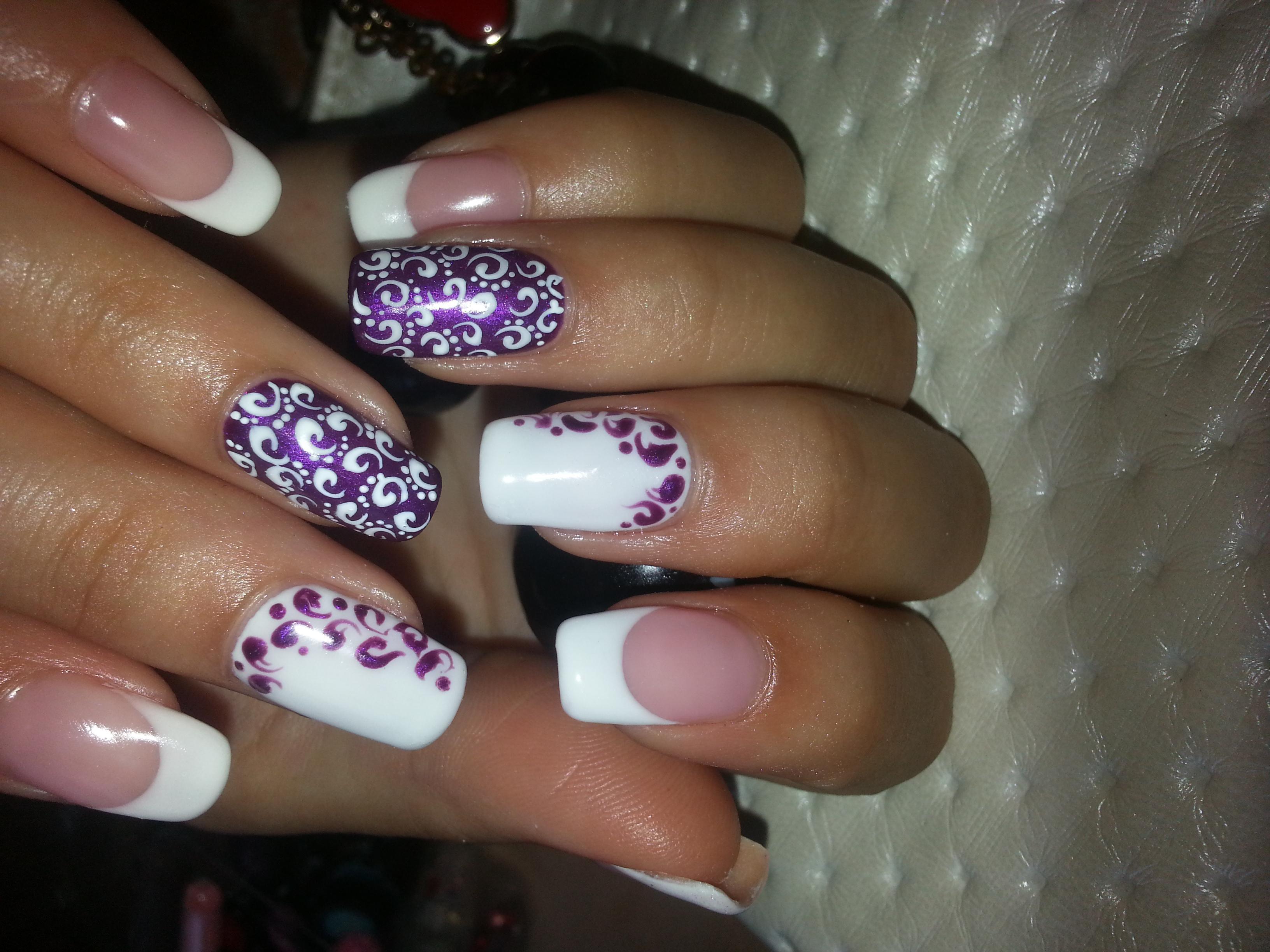 Милые узоры в бело-фиолетовом маникюре