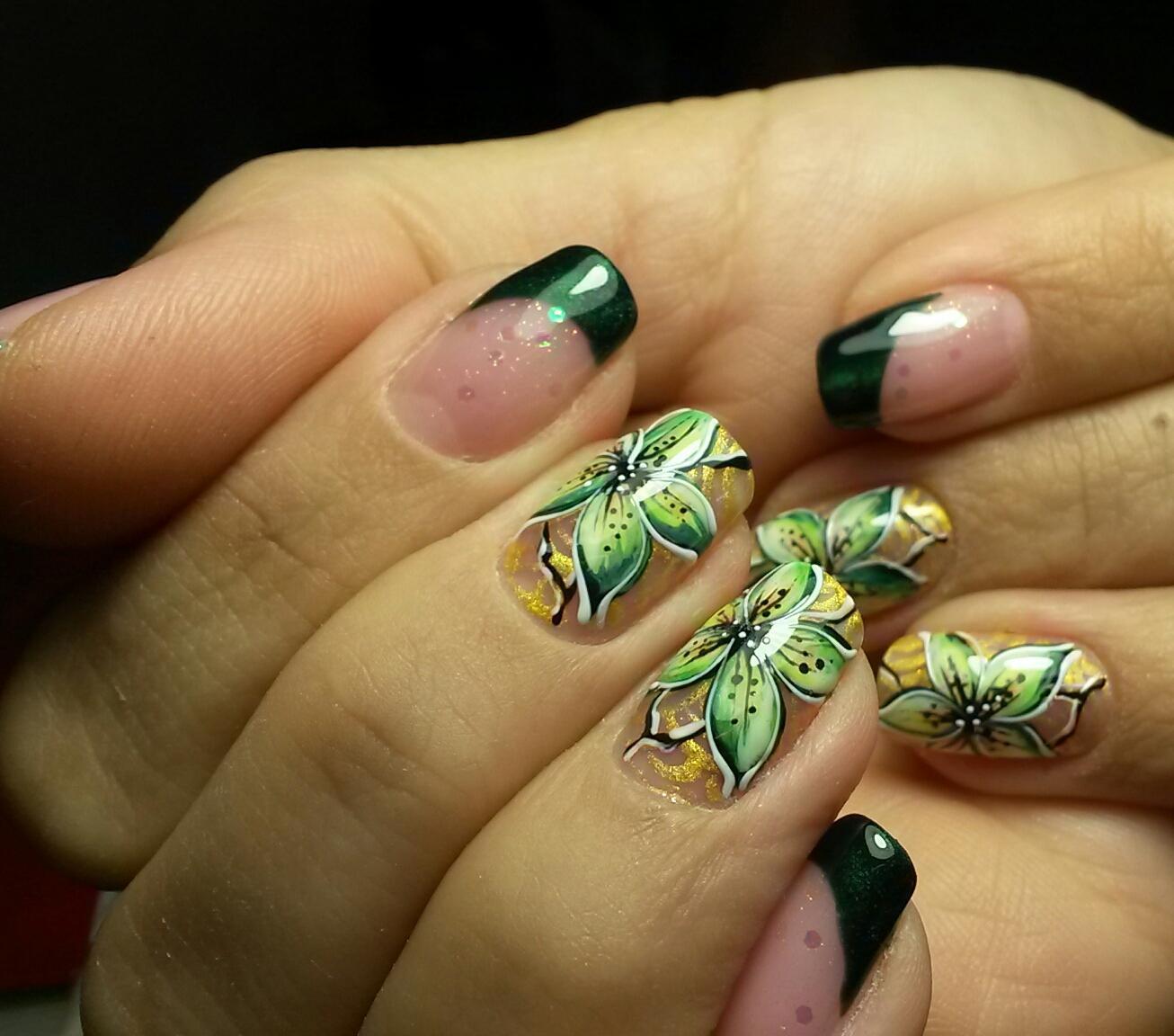 Зеленая листва и нарядный френч на длинных ногтях