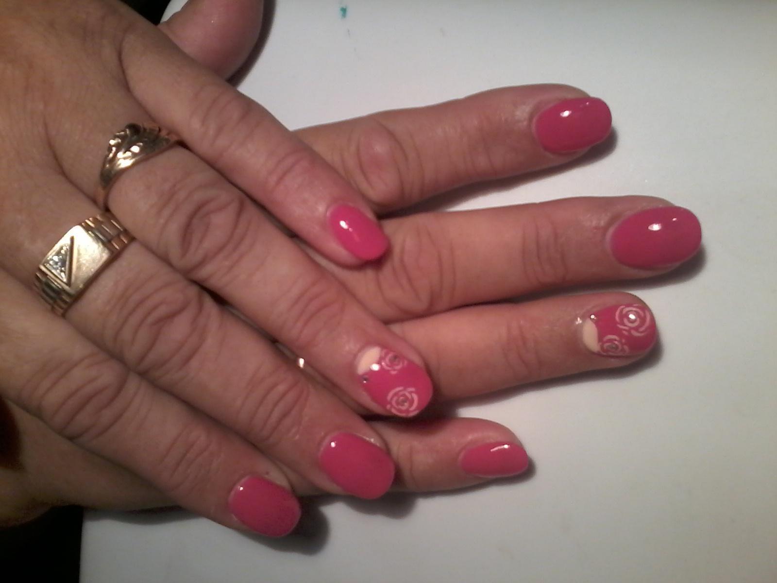 Розовый маникюр со стемпинг-цветами