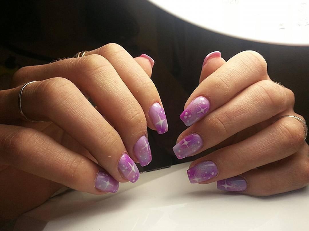 Фиолетовые ногти со звездами и галактиками