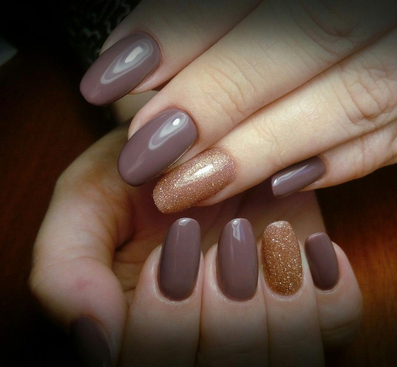 Длинные кофейные ногти с золотыми блестками