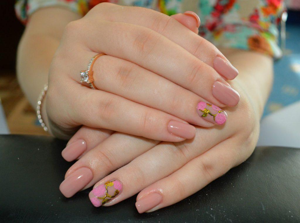 Дизайн ногтей спокойных тонов