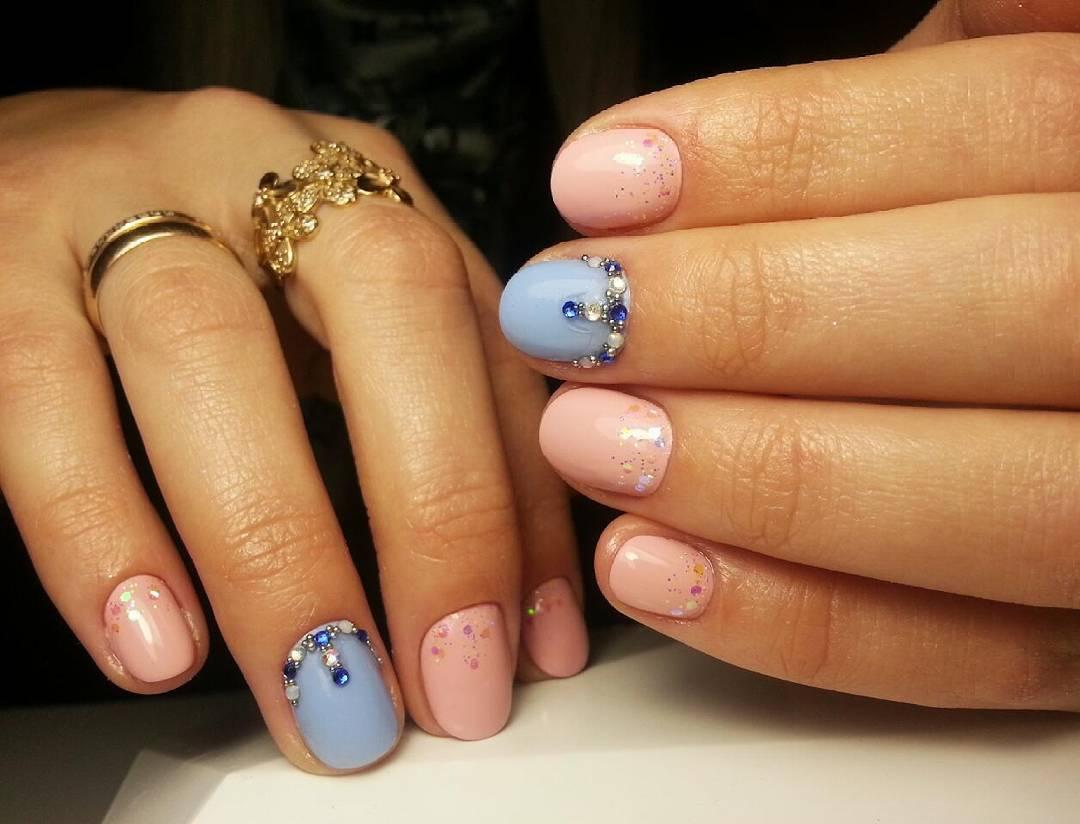 Красивые короткие ногти с блестками