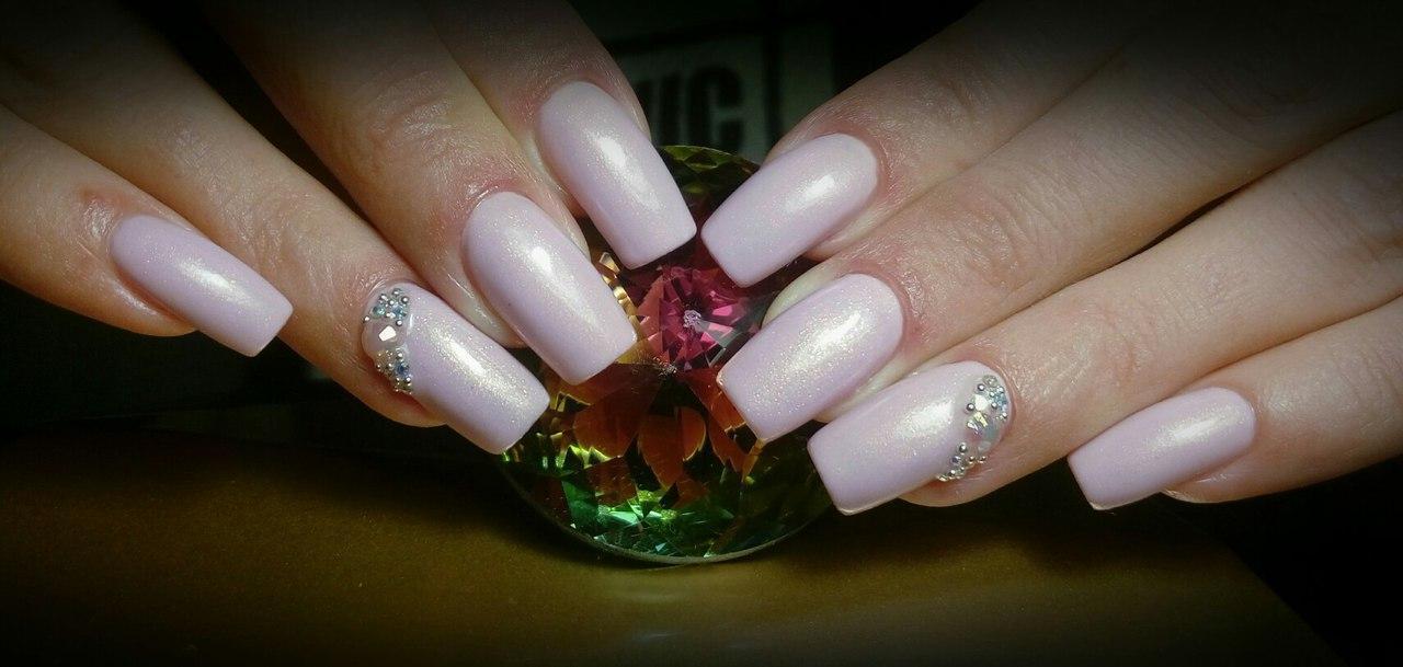 Нежные розовые ногти со стразами и бульонками