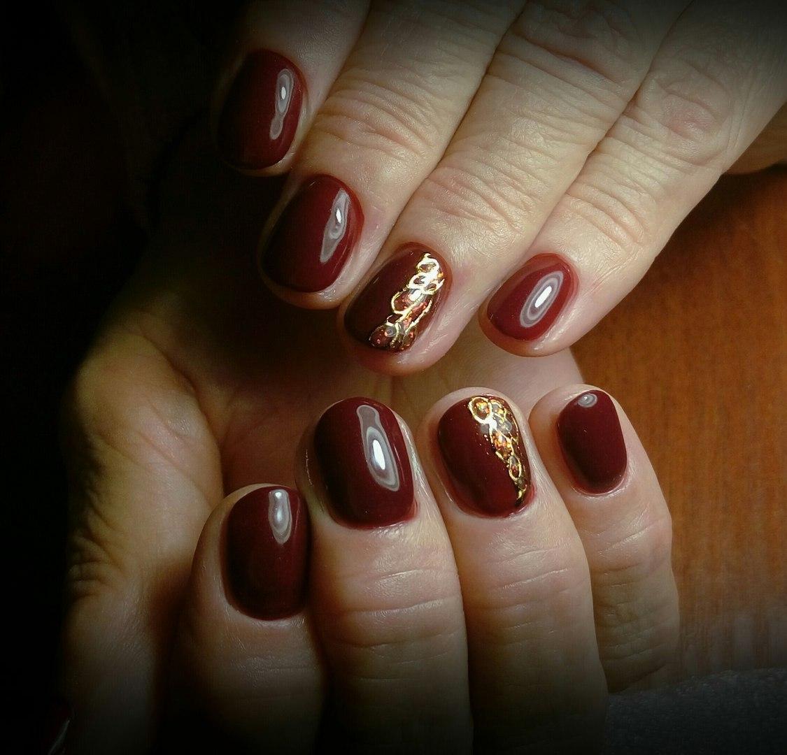 Бордовые ногти с золотым рисунком