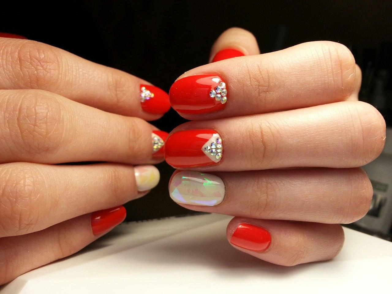 Красные ногти со стразами и битым стеклом