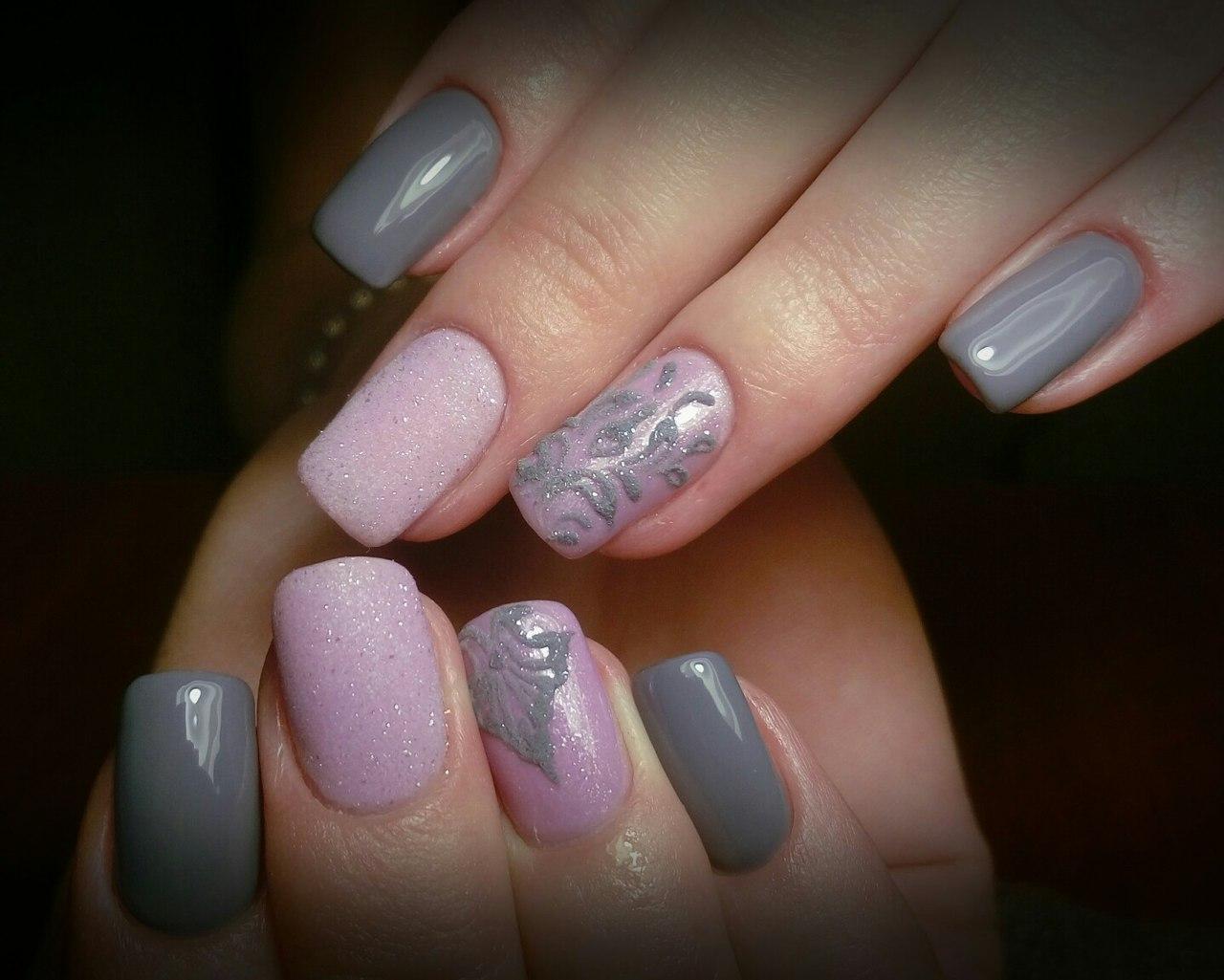 Серые ногти с сахарным розовым дизайном