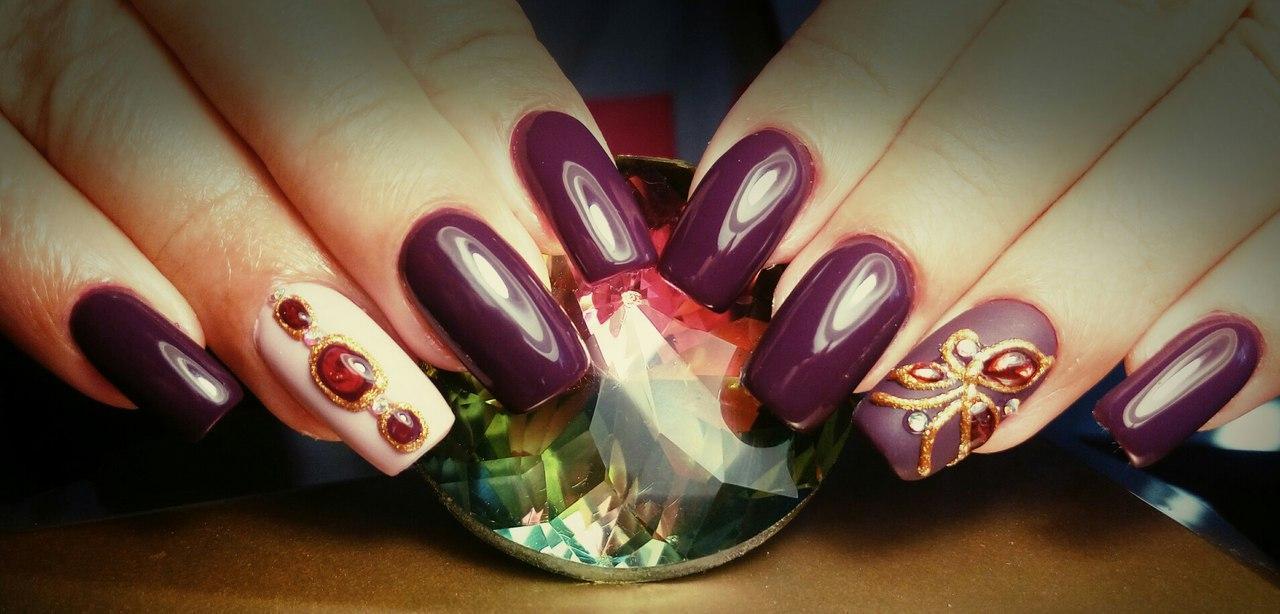 Длинные фиолетовые ногти с литым камнем