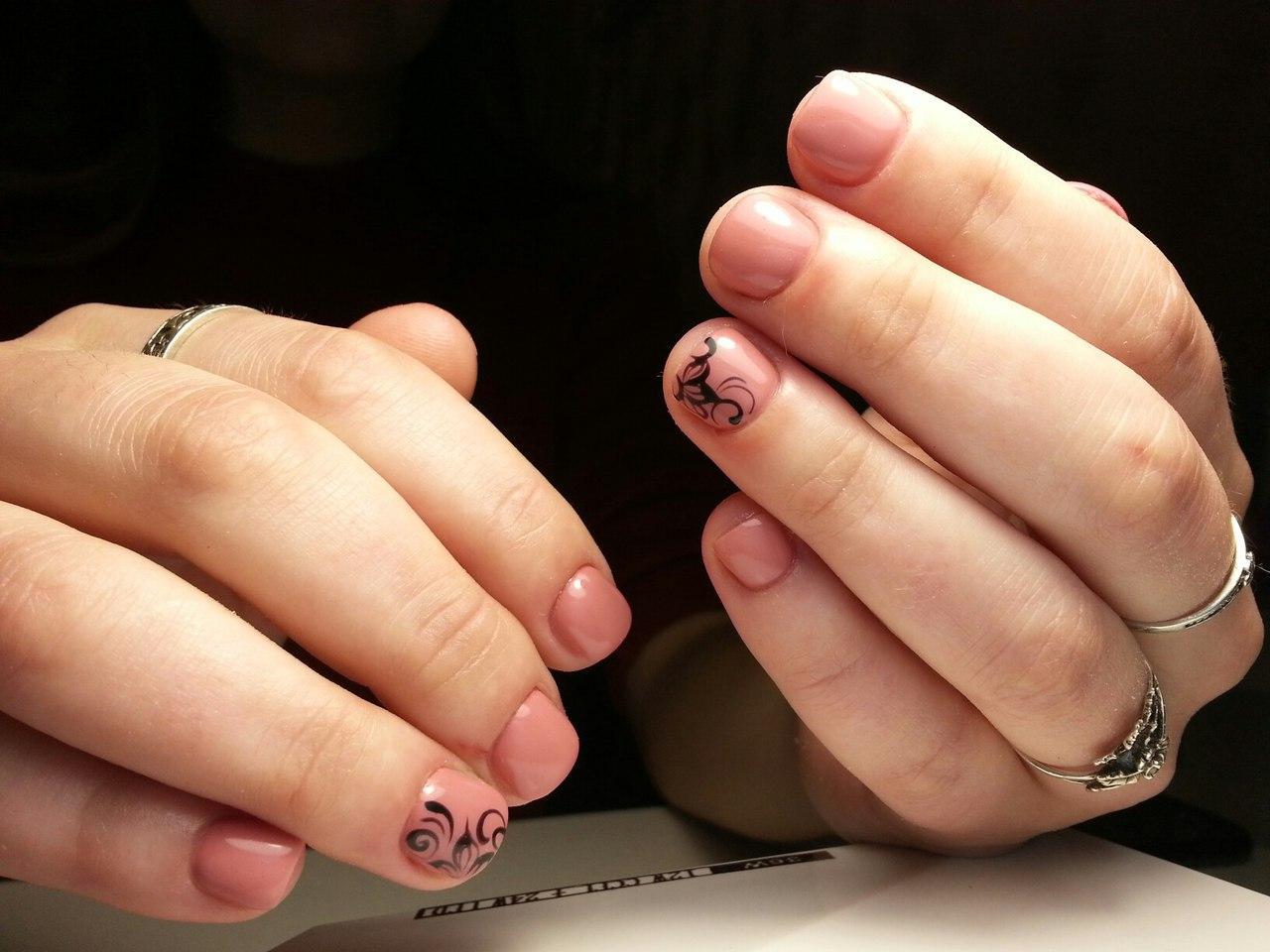 Черные вензеля на короткие ногти