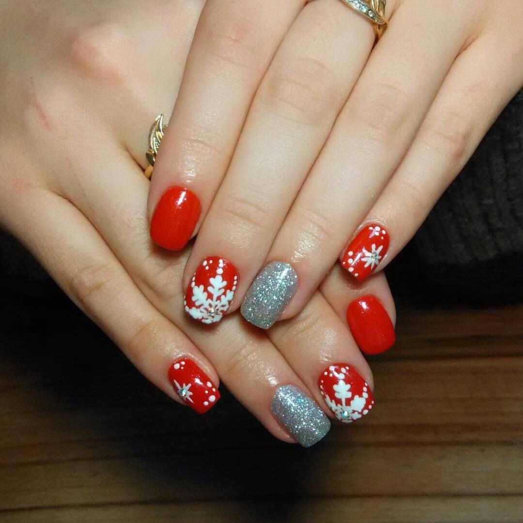 Праздничные новогодние ногти красного цвета