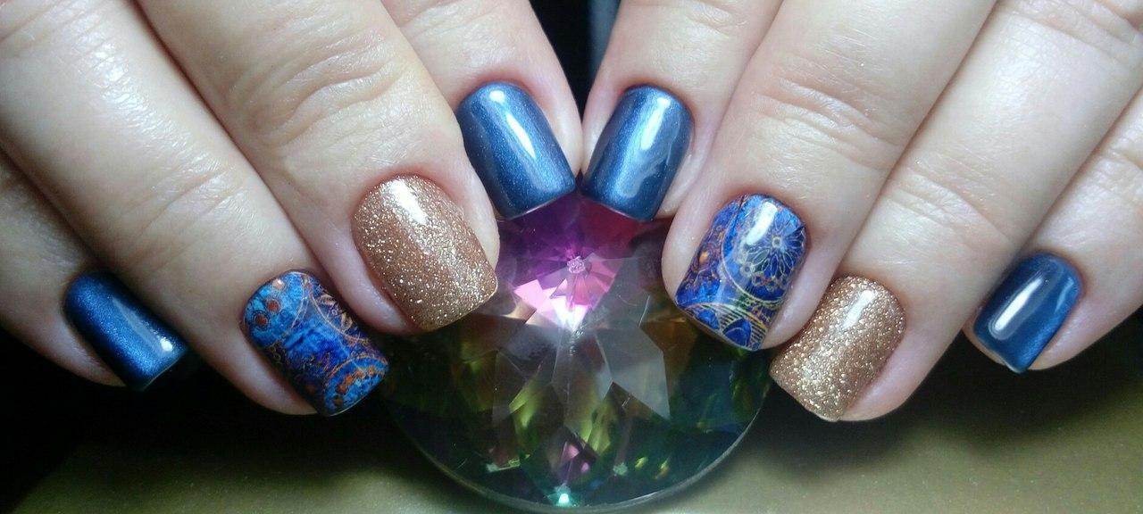 Сине-золотистые ногти с необычным стемпингом
