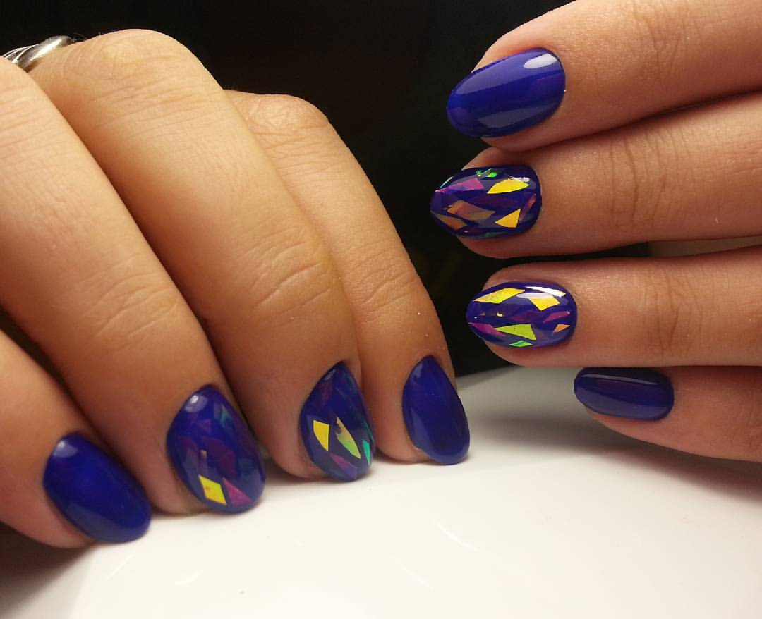 Ярко-синий шеллак и битое стекло