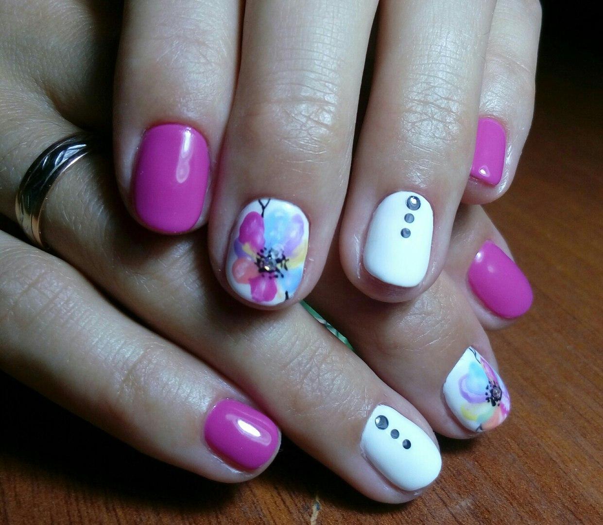 Семицветный цветок на ногтях