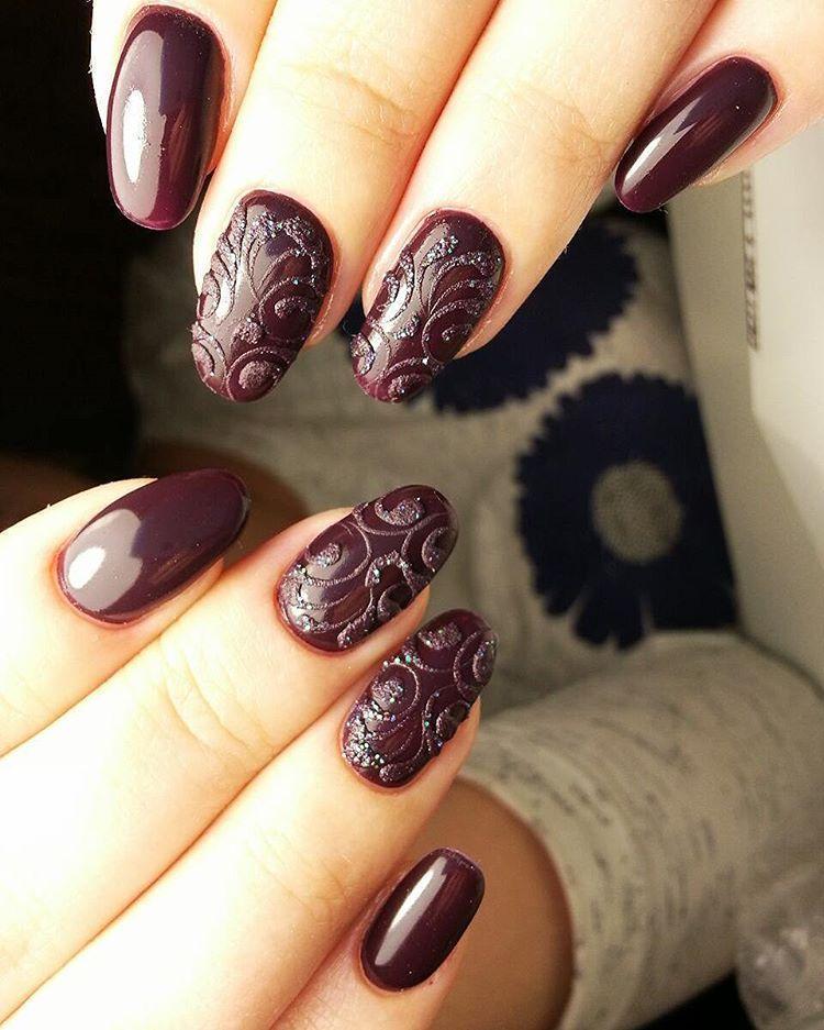 Темные сливовые ногти с узорами