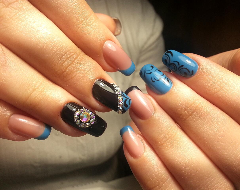 Черно-голубой маникюр с камнями