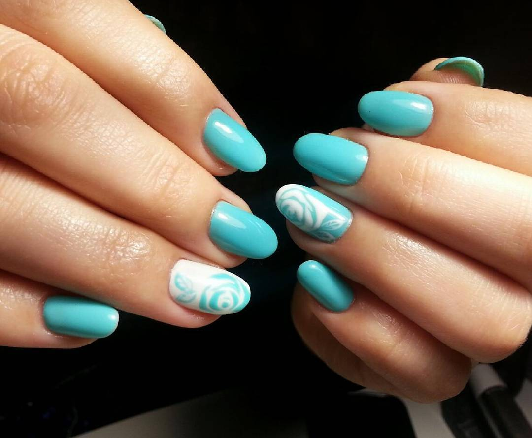 Цветущие розы на голубых ногтях