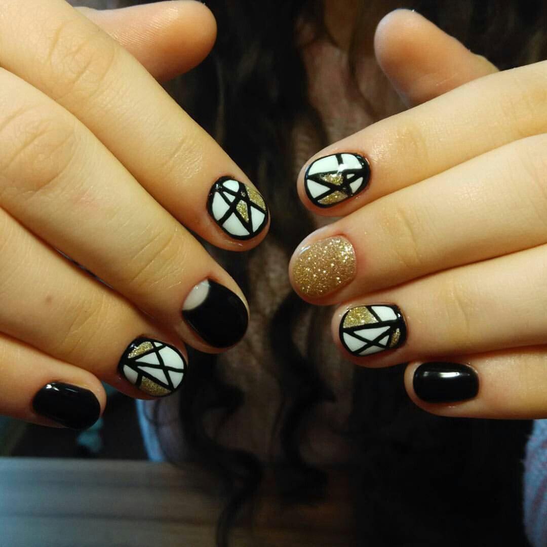 Абстрактные черно-золотистые ногти