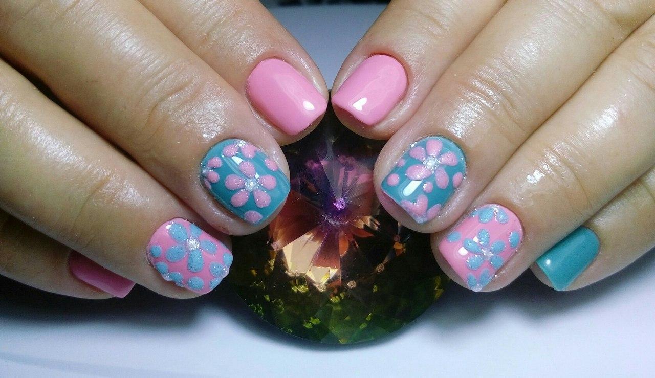 Милые ромашки на коротких ногтях
