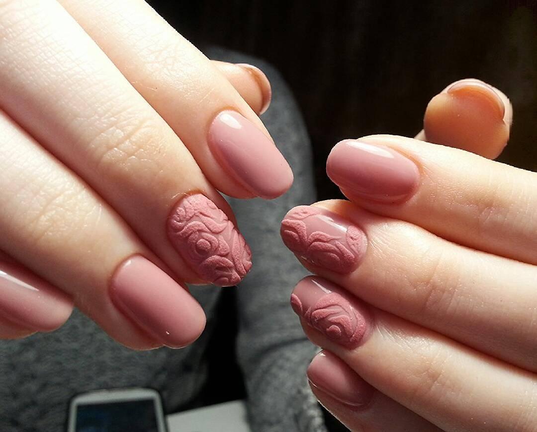 Телесные ногти с завитушками бархатом