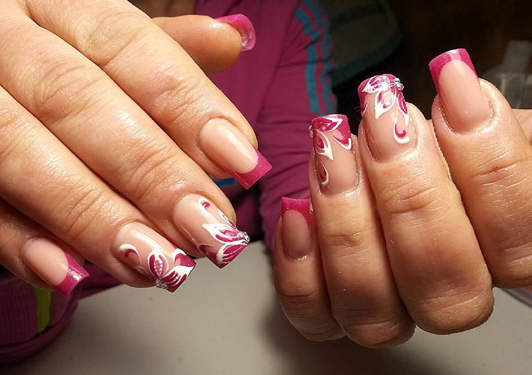 Изящные розовые цветы на ногтях