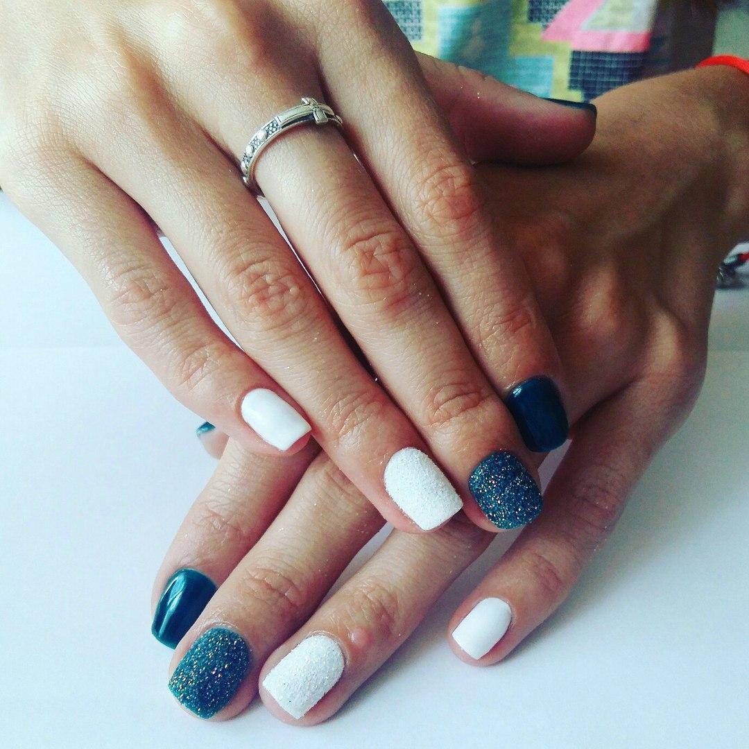 Новогодние сине-белые пушистые ногти