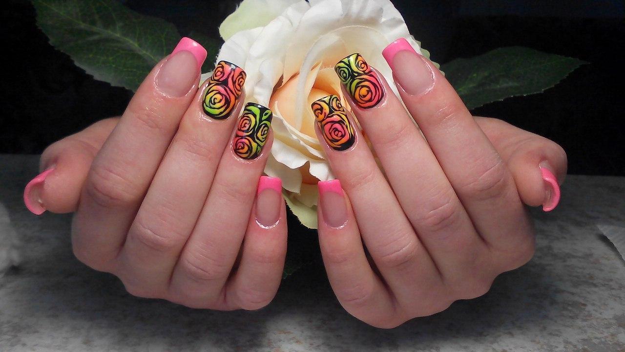 Длинные яркие ногти с разноцветными розами