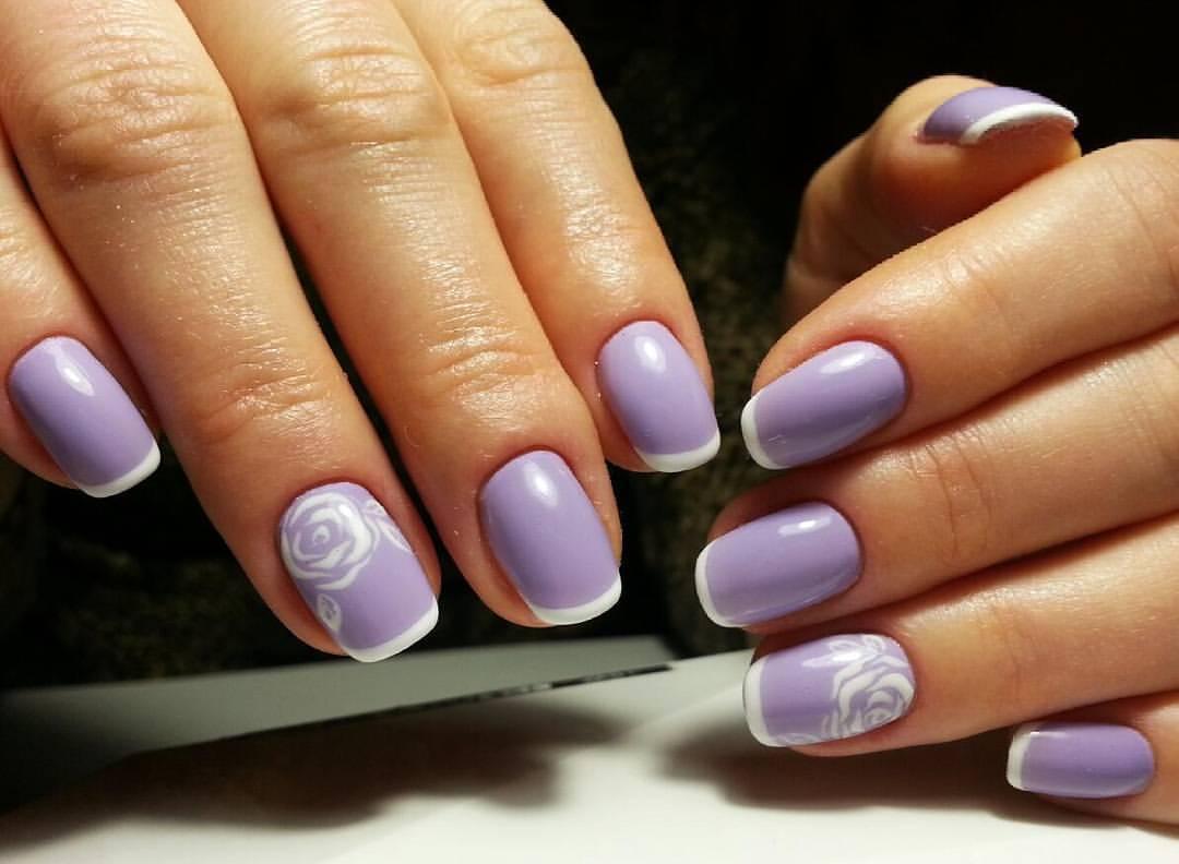 Нежные лиловые ногти с белыми розами