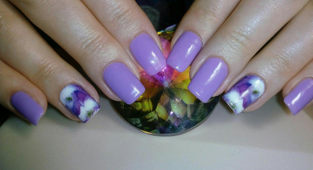 Красивый фиолетовый гель-лак с цветами