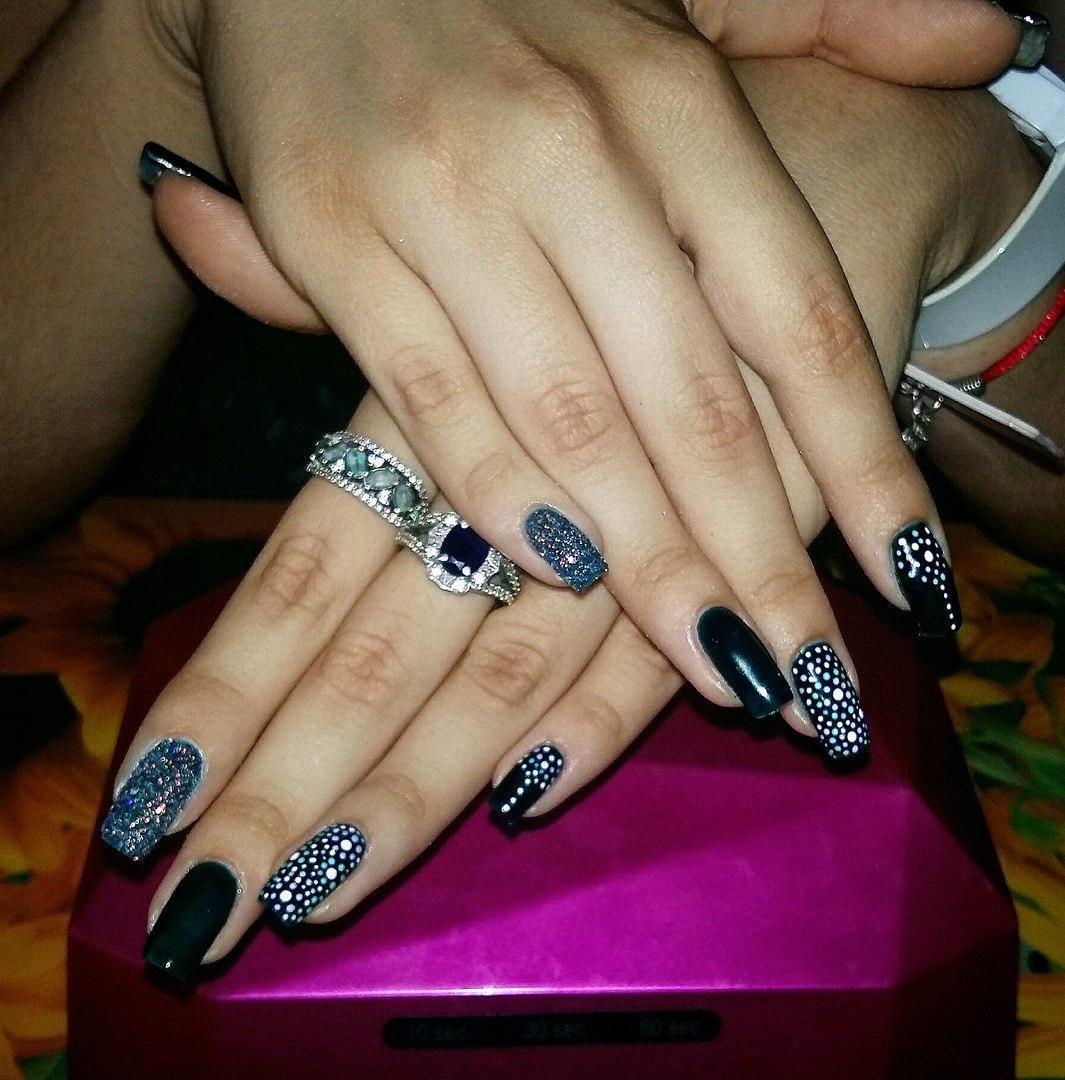 Черные ногти в горошек с блестками