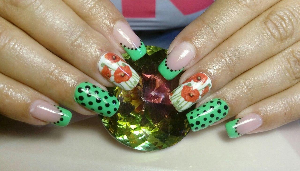 Маки на зеленых ногтях в горошек