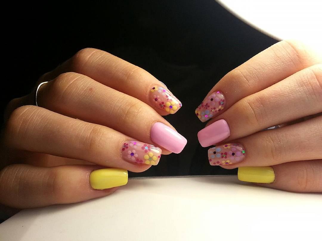 Поле ромашек на ногтях