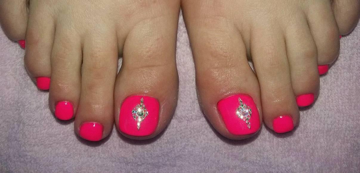 Педикюр яркий розовый