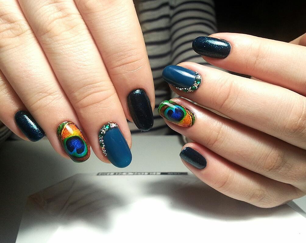 Темные синие ногти с зелеными камнями