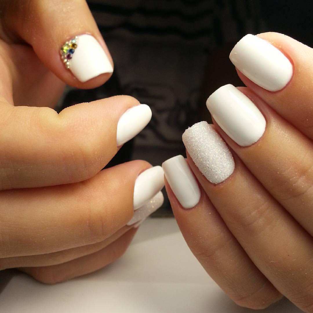 Дизайн с белыми ногтями