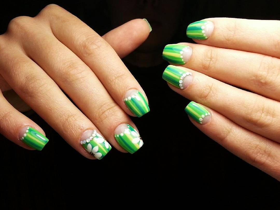 Зелено-лаймовые ногти в полоску
