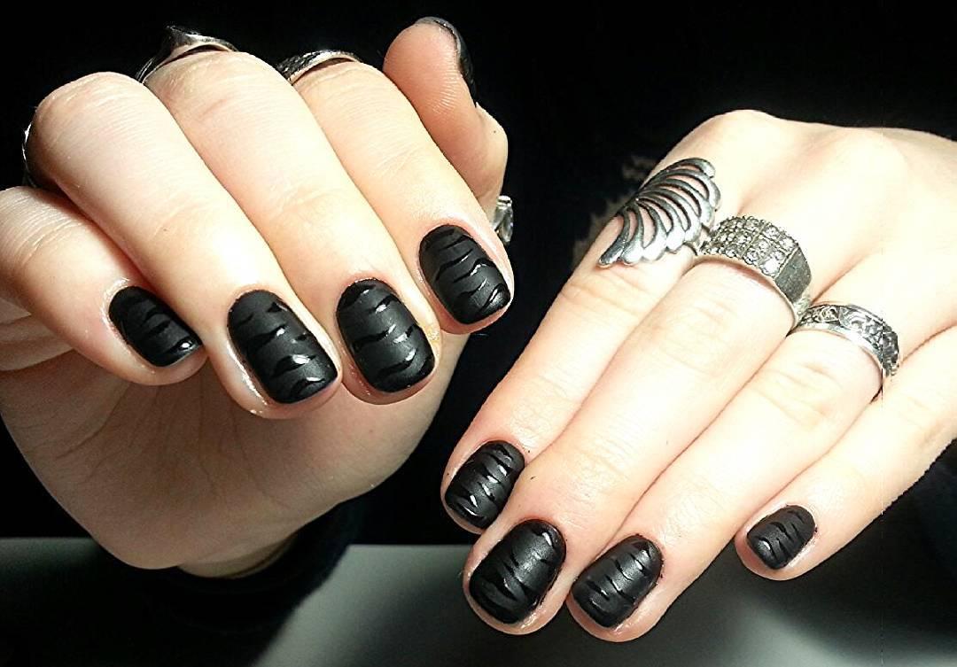 Матовые чёрные ногти с полосками